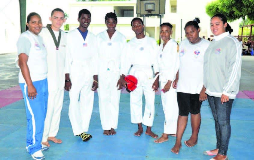 La delegación de Pedernales de taekwondo que se coronó en los juegos