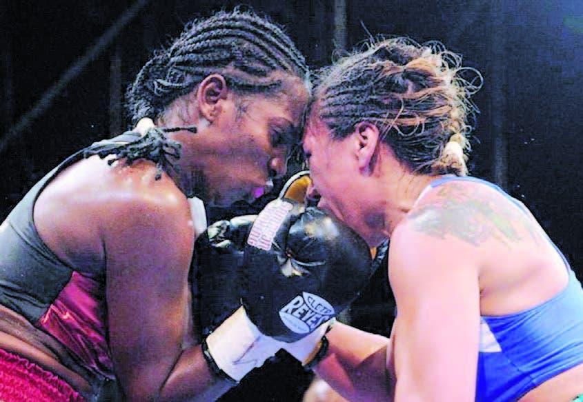 La dominicana Dahiana Santana (izquierda) en un intercambio de golpes con una de sus rivales