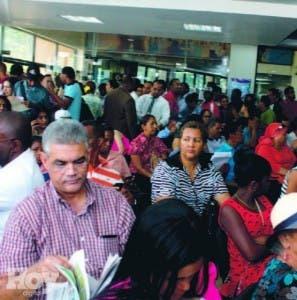 La gente exige al director de Migración, José R Taveras, solución