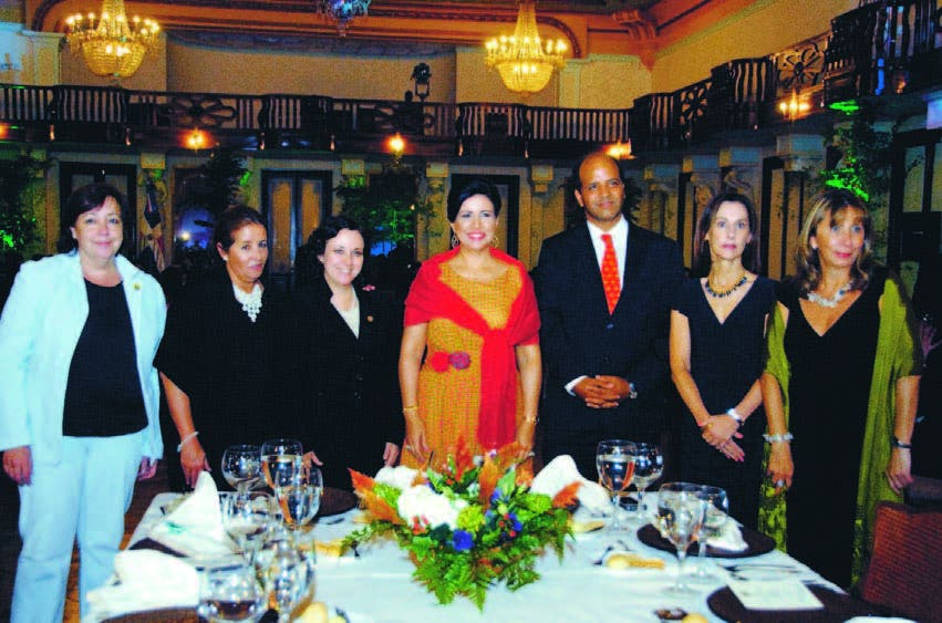 La vicepresidenta Margarita Cedeño junto a un  grupo de personalidades invitadas