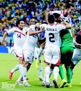 Los jugadores de Costa Rica, se confunden en la celebración de la victoria ayer frente a Grecia, para pasar a los cuartos en la Copa