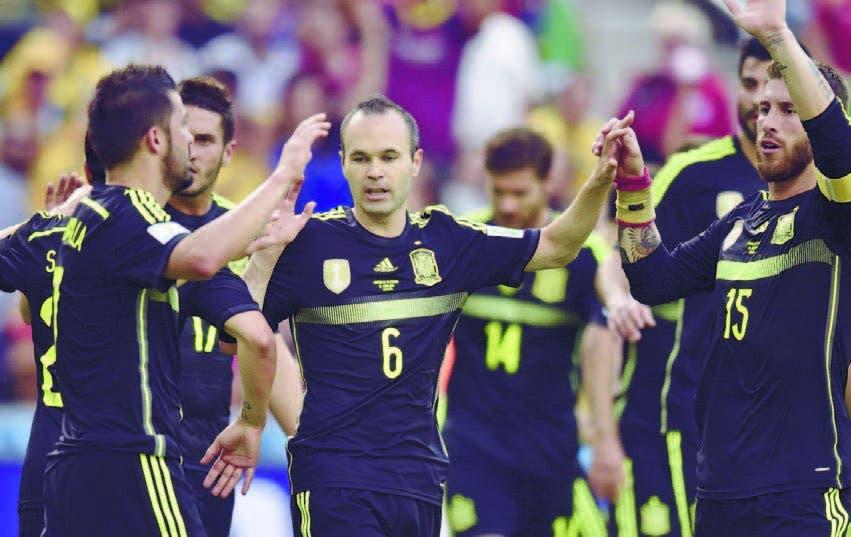 Los jugadores de España, se saludan al final del juego, se van triste de la Copa Mundial, en Brasil
