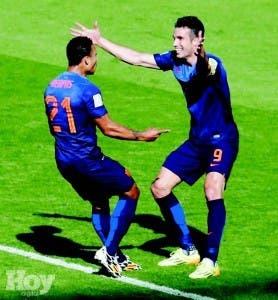 Memphis Depay es felicitado por Robin van Persie, luego de anotar el gol del triunfo de Holanda, para su clasificación en la Copa Mundial