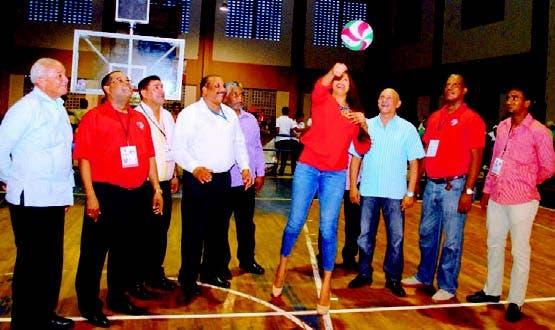 Milagros Cabral, ex capitana de la selección nacional, realiza saque