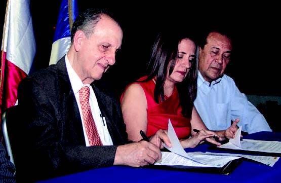 Pablo Tactuk, director de la ONE, e Ingrid Figueroa, de la