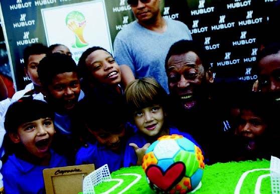 Pelé comparte con un grupo de niños en el estadio ayer