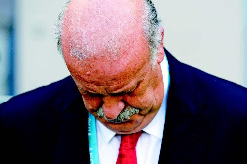 Vicente del Bosque, capataz de España, muestra su tristeza luego de la derrota frente a Chile