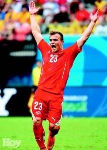 Xherdan Shaqiri, celebra el tercer gol, que anotó ayer para darle la clasificación a Suiza en la Copa