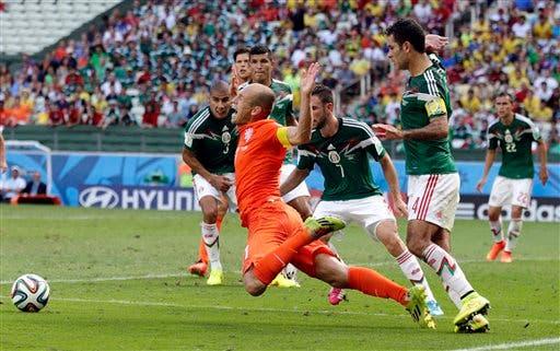 El jugador de Holanda, Arjen Robben, centro, cae tras una falta del jugador de México, Rafael Márquez, en un partido por los octavos de final del Mundial el domingo, 29 de junio de 2014, en Fortaleza, Brasil. Holanda marcó de penal y ganó 2-1. (AP Photo/Wong Maye-E)