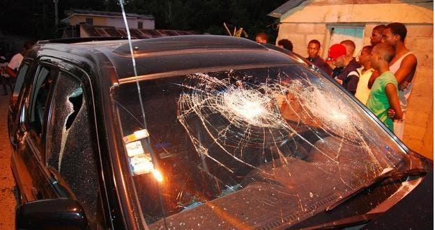 Estado en que quedo el vehiculo del periodista (1)