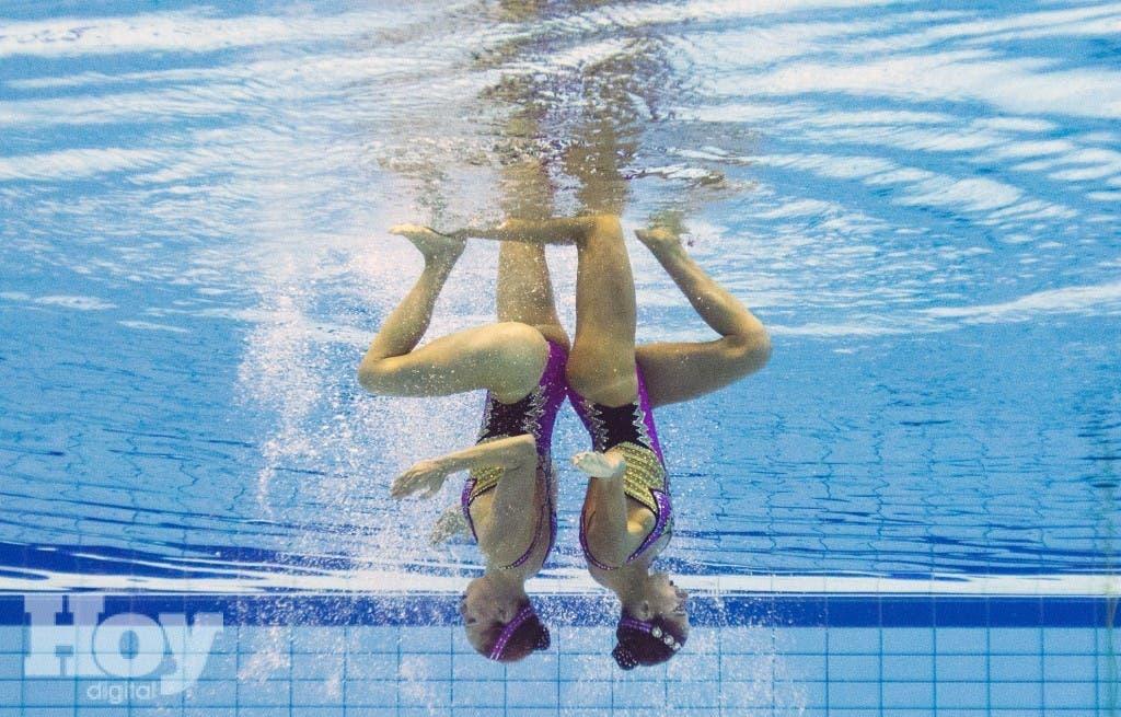 Esta imagen tomada con una cámara submarina muestra el equipo de Francia (Laura Auge y Margaux Chretien) que compite en la natación sincronizada dúo, archivo
