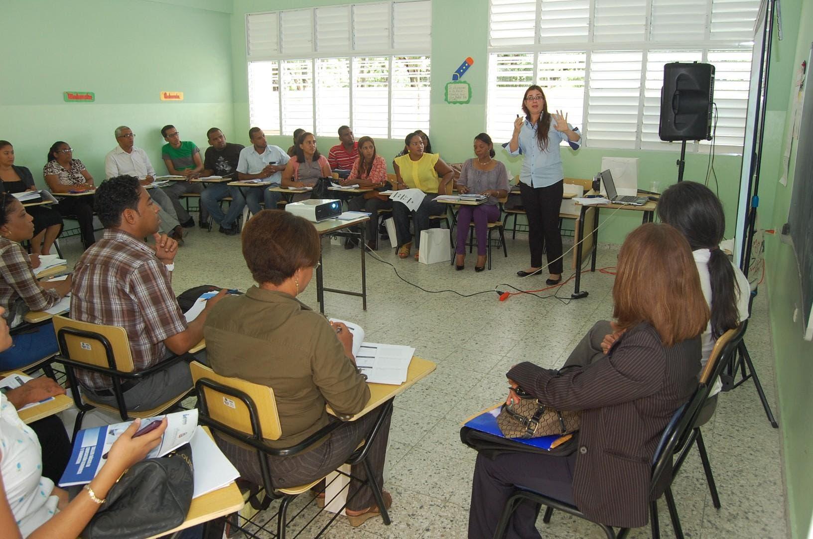 Capacitan educadores para crear cultura financiera en la República Dominicana