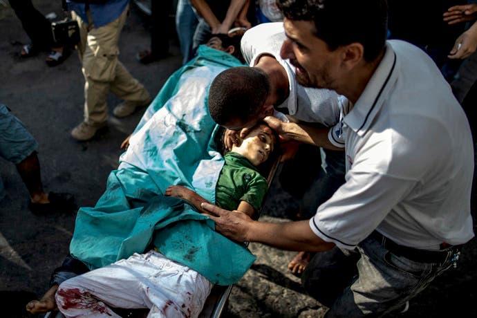 Gaza: Apilan cadáveres de niños en neveras para helados por falta de espacio en morgues