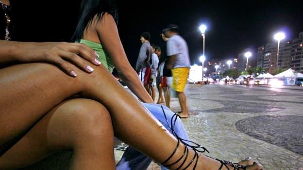 Prostituta habla con potencial cliente en Sao Paulo, Brasil.