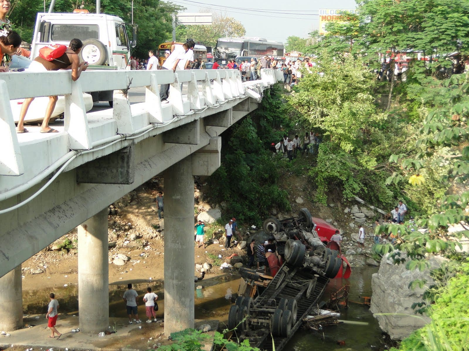 Vehículo se precipita de un puente en Bayaguana