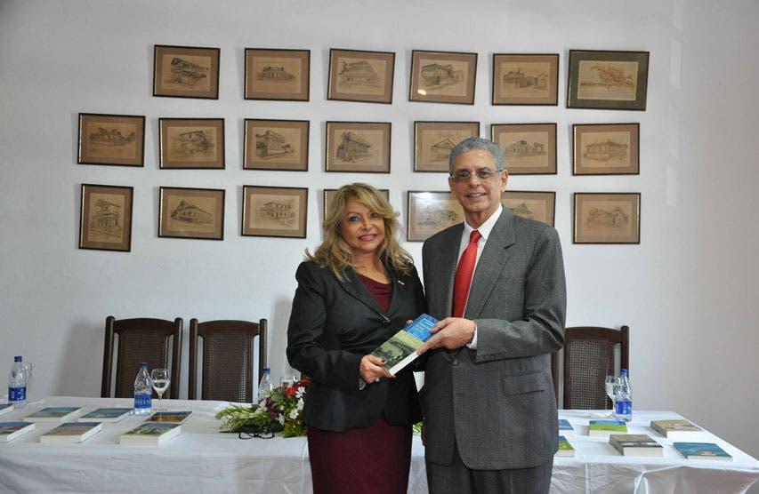 Donan 50 títulos de obras a la embajada dominicana en Francia