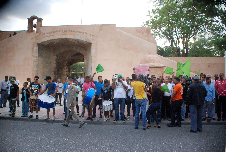 Grupo protesta en parque Independencia contra veto a la ley loma Miranda