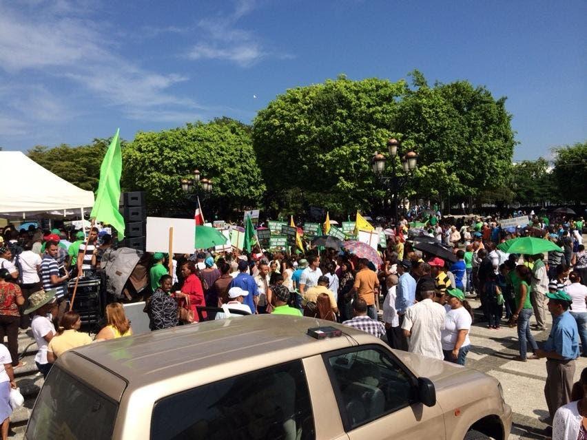 Inician manifestación por LM frente a Catedral de La Vega