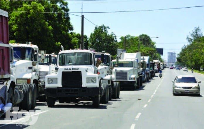 El  presidente de la Federación Nacional de Transporte Dominicano (Fenatrado), Blas Peralta, informó hoy  que a partir del próximo lunes  quedará paralizado el transporte de carga hacia Haití, archivo
