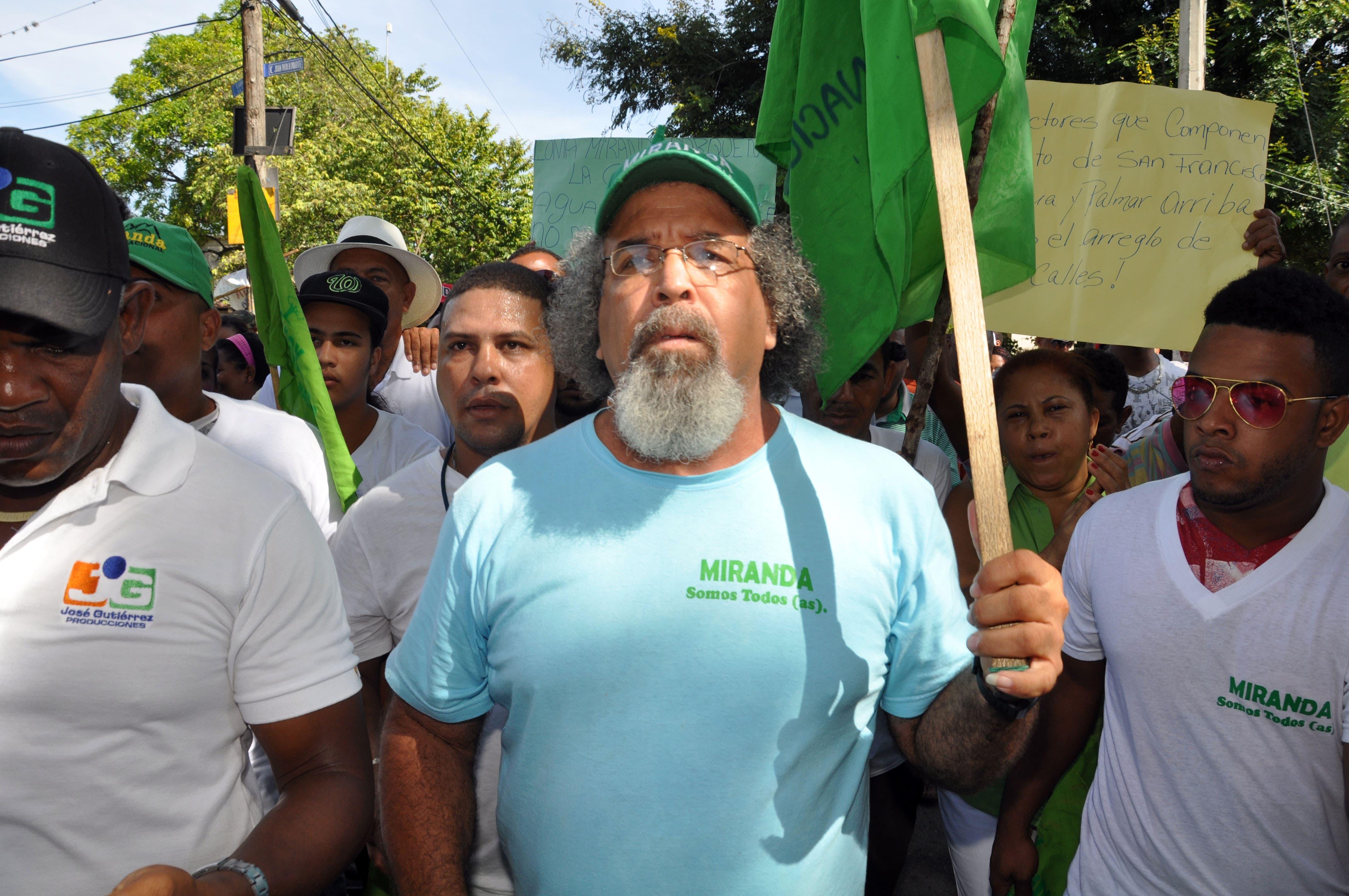 El padre Rogelio Cruz sigue en las calles; hoy protestó en Santiago