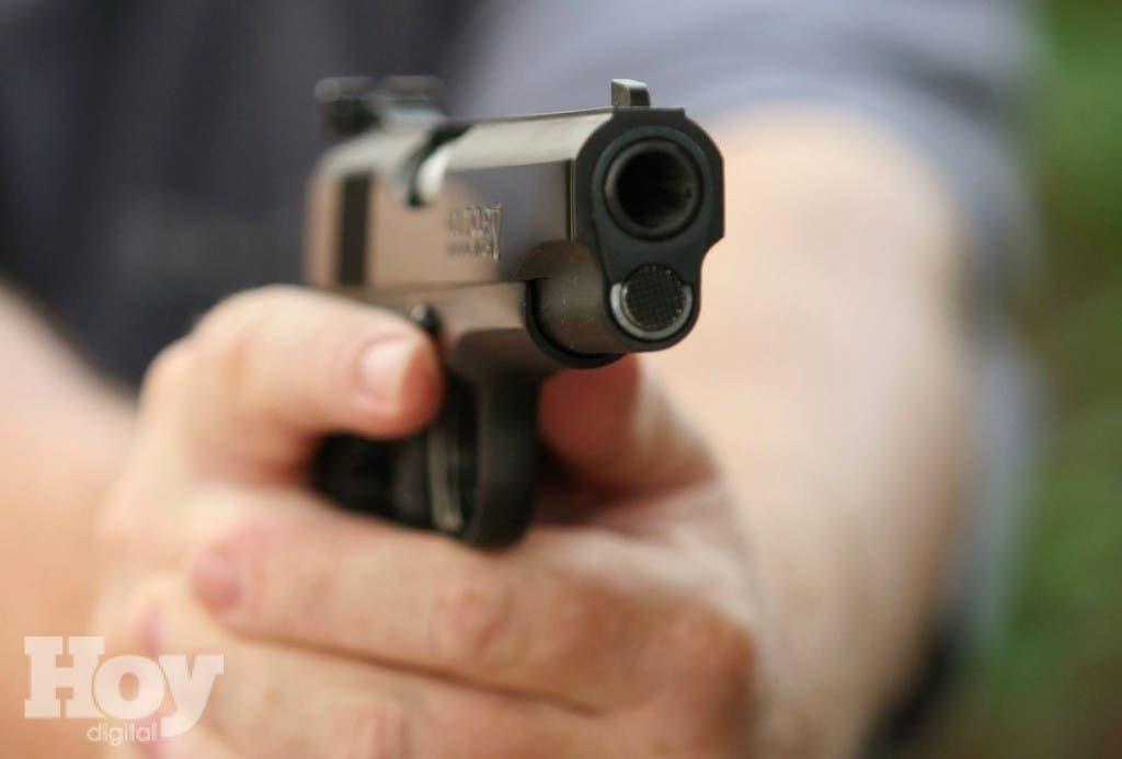 un vigilante privado resultó herido ayer por desconocidos durante un asalto a un ciudadano dentro de una banca de apuestasPistola
