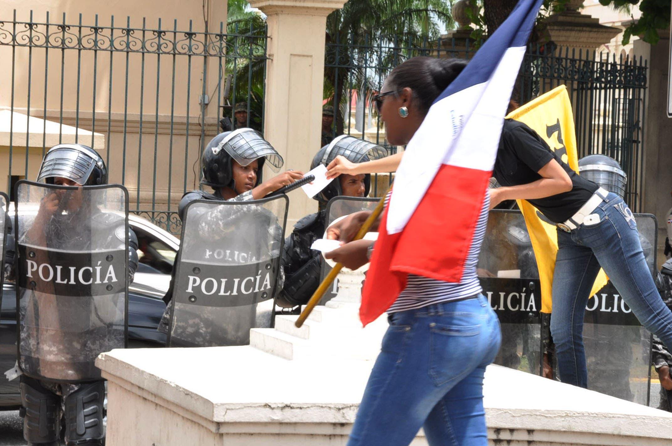 Estudiantes UASD marchan al Palacio por Loma Miranda parque nacional