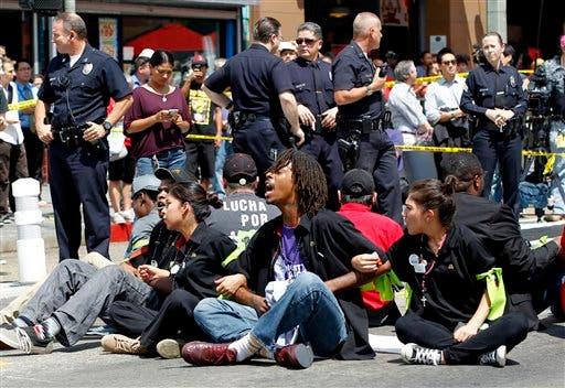 Más de 100 empleados de casas de comida rápida detenidos en protesta en EEUU