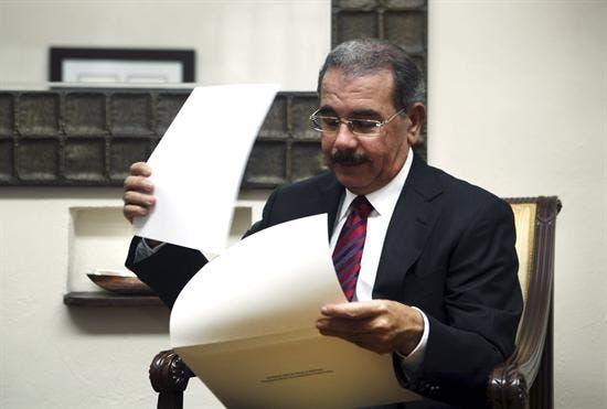 Resultado de imagen para presidente danilo leyendo periodico