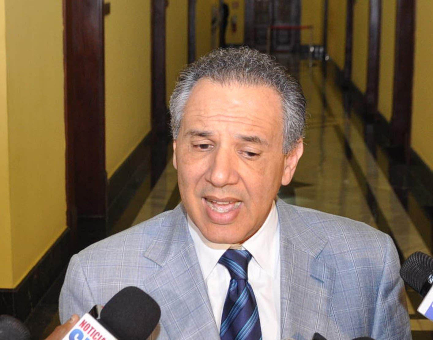 Gobierno no cree importantes protestas del padre Rogelio por Loma Miranda; dice son 20 y 70 gente