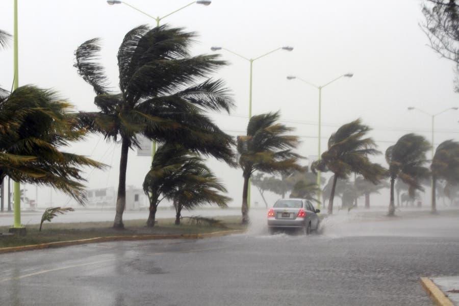 El centro de la tormenta tropical Erika se aproxima hoy a la República Dominicana tras dejar fuertes lluvias en Puerto Rico y las Islas Vírgenes, fuente externa