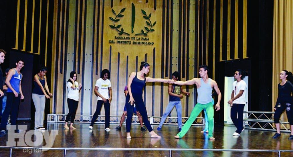 Los bailarines de Endedans ensayando una de las piezas en el auditorio del Pabellón de la Fama del Deporte Dominicano Olímpico