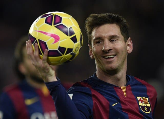 Barcelona's Argentinian forward Lionel Messi leaves the pitch with the ball after his hat-trick after the Spanish league football match FC Barcelona vs RCD Espanyol at the Camp Nou stadium in Barcelona on December 7, 2014. Barcelona won the match 5-1.  AFP PHOTO/ LLUIS GENE. Foto de Archivo