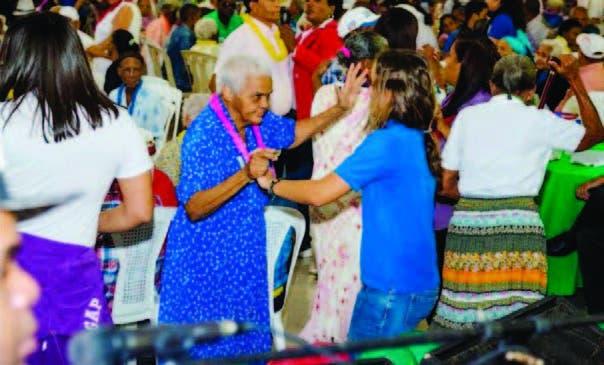 Los adultos mayores mientras disfrutan de un baile