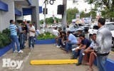 Cientos de personas hacen filas para renovar el marbete.  Archivo