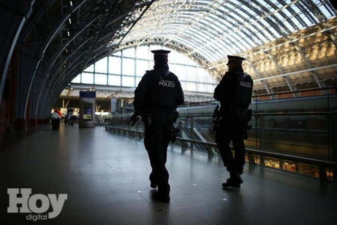 LONDON, ENGLAND - JANUARY 08: Armed British Transport Police officers patrol the Eurostar platforms at St Pancras railway station on January 8, 2015 in London, United Kingdom. France is on maximum security threat level after twelve people were killed, including two police officers, at the offices of the satirical magazine Charlie Hebdo in Paris.   Peter Macdiarmid/Getty Images/AFP== FOR NEWSPAPERS, INTERNET, TELCOS & TELEVISION USE ONLY ==