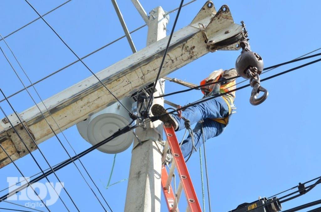 Edesur dijo en su aviso que los trabajos que realizarán sus técnicos en esa zona se traducirán en una mejoría en la calidad y seguridad del servicio de electricidad que ofrece a sus clientes. Archivo