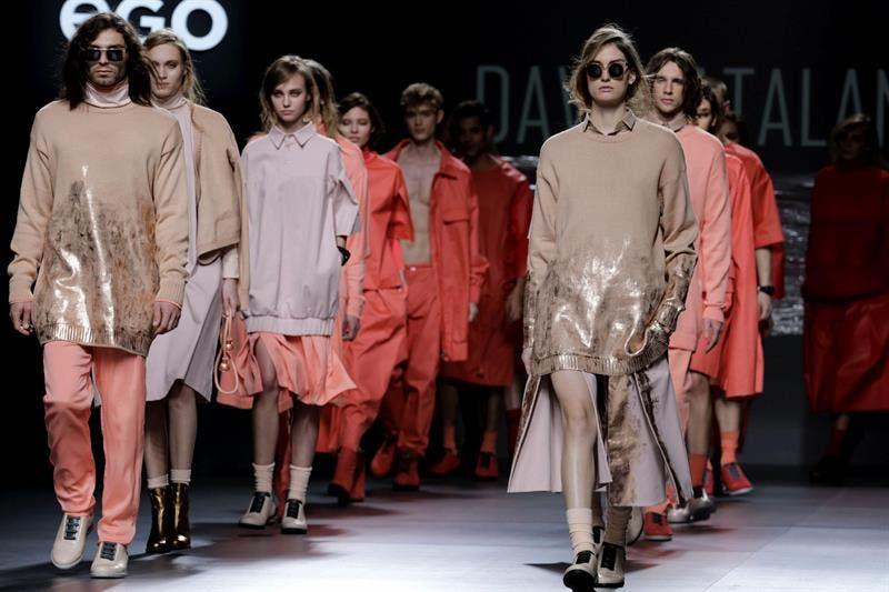 """Un modelo fue registrada este miércoles al desfilar durante el """"Latin Trends"""", en Santiago de Chile, la vitrina de la moda latinoamericana en Chile. EFE"""