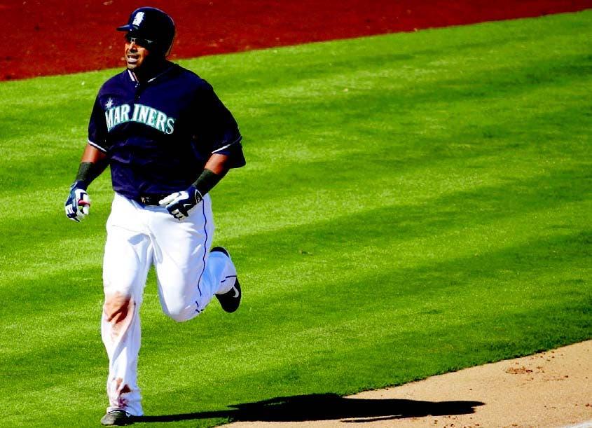 El dominicano Nelson Cruz, de Seattle, recorre las bases tras conectar cuadrangular en la tercera entrada.