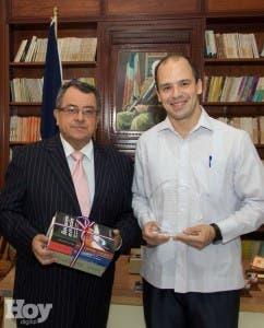 Matías Bosch, director ejecutivo de la entidad,  destacó el trabajo que hizo  López Damm en República Dominicana y en Haití,