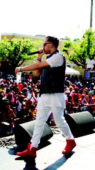 Más que mil palabras. Mark B causa tremendo impacto en el Festival de la Calle Ocho