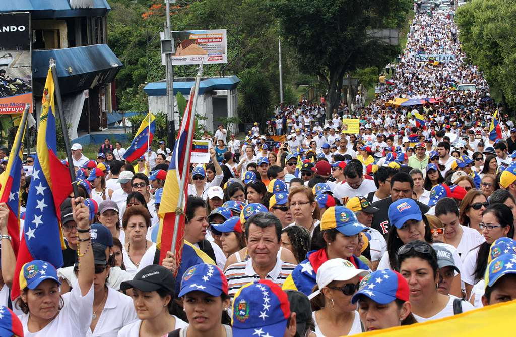 Venezuelan opposition activists take part in a protest against Venezuelan President Nicolas Maduro's government in San Cristobal, Venezuela on February 28, 2015.  AFP  PHOTO/GEORGE CASTELLANO