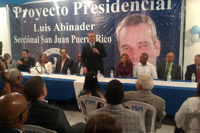 Luis Abinader durante un encuentro en Puerto Rico