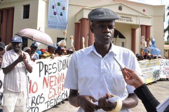 Nueva mente los Cañeros Realizaron Protesta frente la Palacio Nacional en demanda Demandando del Gobierno el pago de la pensión Hoy Félix de la Cruz 09-03-2015