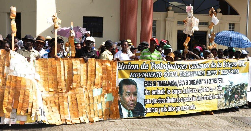 Los cañeros se manifestaron frente al Palacio Nacional.  Hoy /Félix de la Cruz
