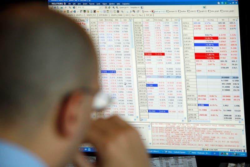 Un trader monitora l'andamento della Borsa di Milano