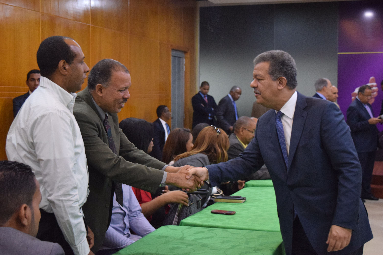 Leonel Fernández recibe apoyo de experredeístas y organizaciones opositoras