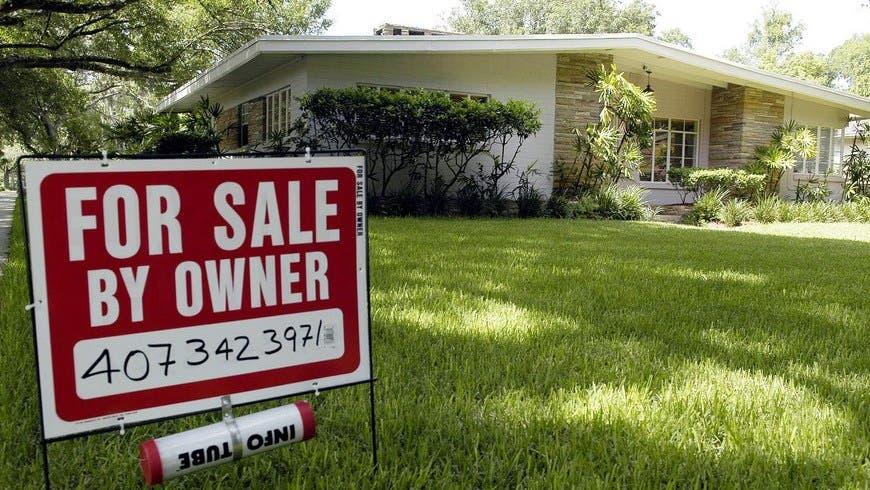 """SHM05 - ORLANDO (FL, EEUU), 10/03/05.- Foto de archivo (24/06/04) de una vivienda a la venta en la ciudad de Orlando, Florida (EEUU). El mercado de bienes raíces en el centro de Florida ha registrado un explosivo crecimiento en los últimos años, impulsado por la creciente migración hispana que ha encontrado en la región el sitio ideal para realizar el """"sueño americano"""". EFE/ARCHIVO/Gerardo Mora"""