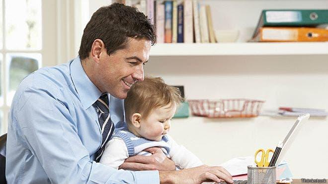 Los hombres que eligen trabajar menos para cuidar a sus hijos