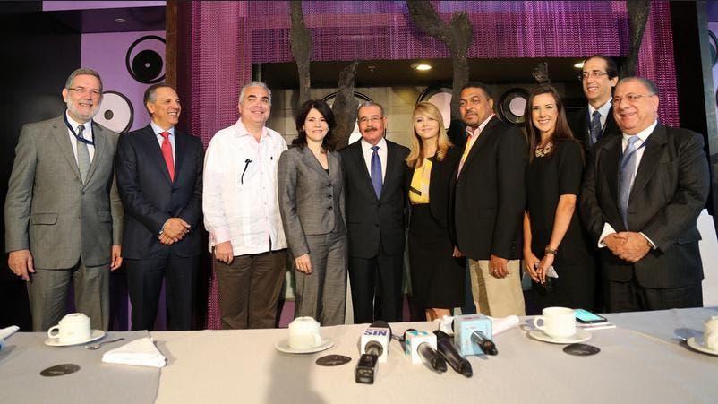 Danilo Medina conversa con Nuria Piera, José Monegro, Alicia Ortega y Roberto Cavada