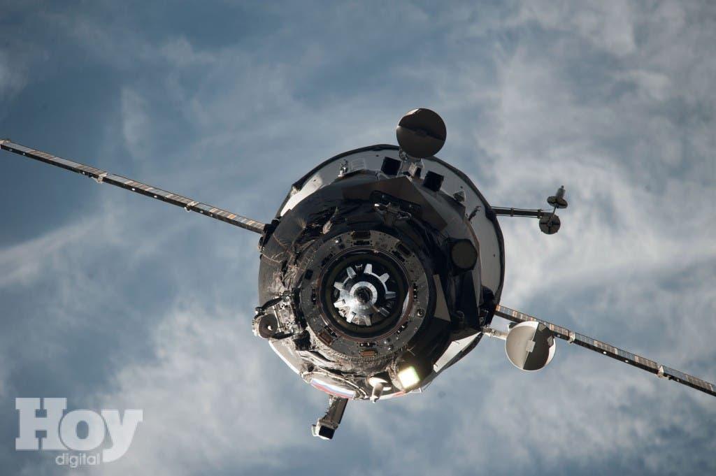 La Progress M-27M, no tripulada, fue lanzada al espacio el martes y estaba previsto que se anclase a la Estación Espacial Internacional seis horas más tarde para entregar 3 toneladas de suministros. Foto NASA via AP.
